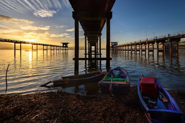 El puente hacia el lago con salida del sol.