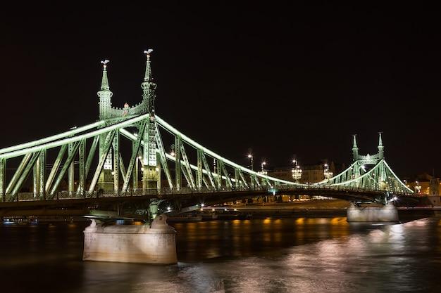 Puente de la libertad en budapest hungría en la noche