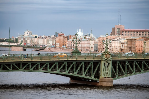 Puente de liteyny en san petersburgo. rusia