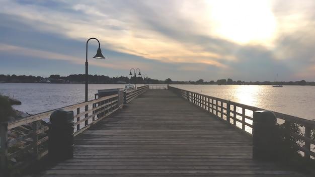 Puente de madera al atardecer