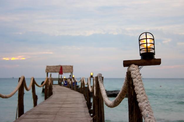 Puente de madera al mar