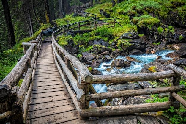 Puente de madera en los alpes italianos