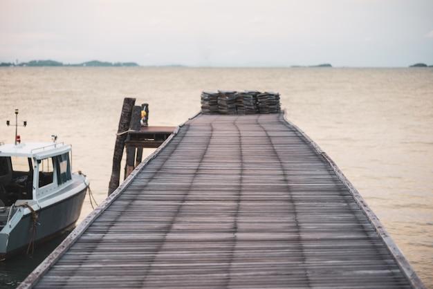 Puente de madera en el mar