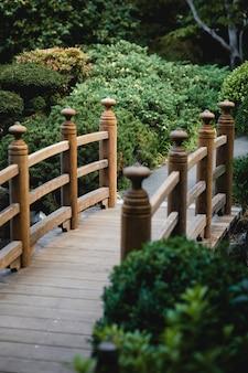 Puente de madera marrón