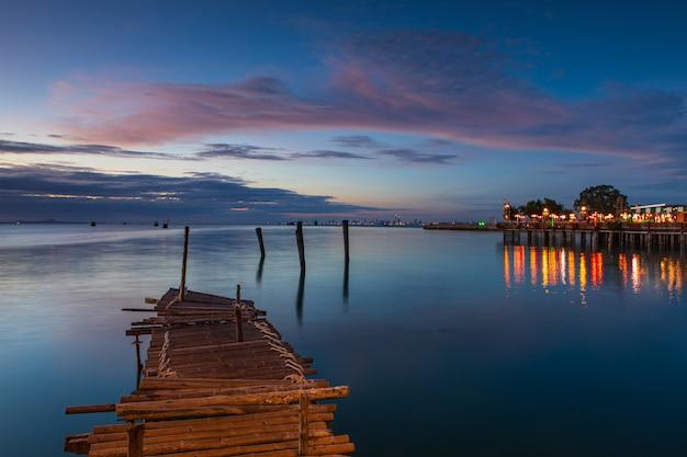 Puente de madera sobre el mar