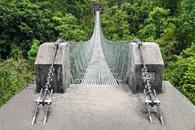 Puente de metal moderno