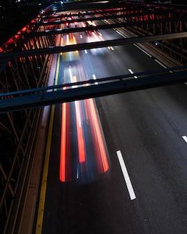 Puente con movimiento borroso primer plano del tráfico