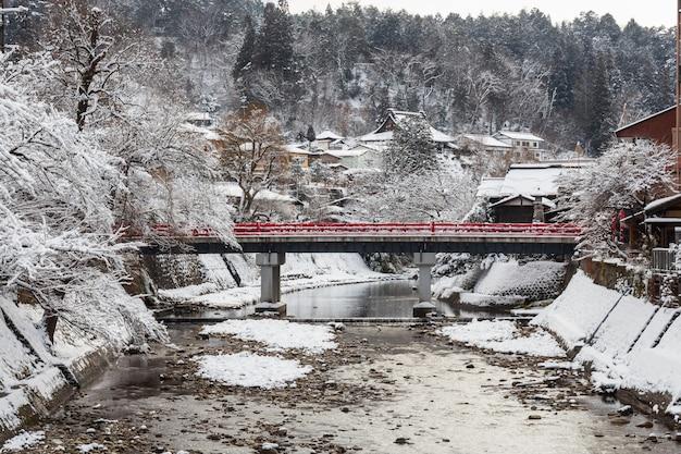 Puente nakabashi con caída de nieve y río miyakawa en temporada de invierno