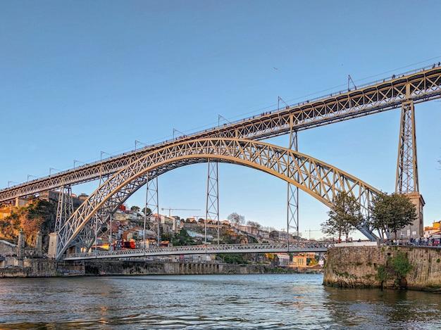 Puente de oporto desde un ángulo bajo