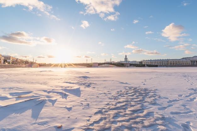 Puente del palacio río neva. san petersburgo. rusia en invierno.