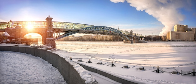 El puente peatonal andreevsky sobre el congelado río moscú