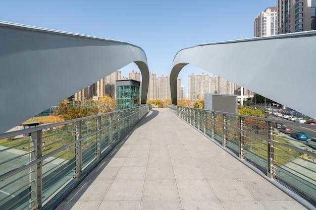 Puente peatonal del centro deportivo en la ciudad de taiyuan, provincia de shanxi en china