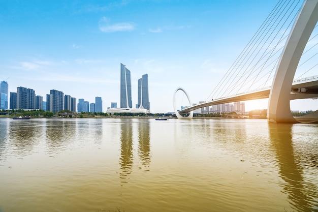 Puente peatonal ojo de nanjing y horizonte urbano en nanjing, china