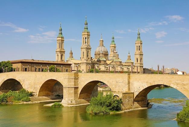 Puente de piedra y catedral basílica del pilar, zaragoza