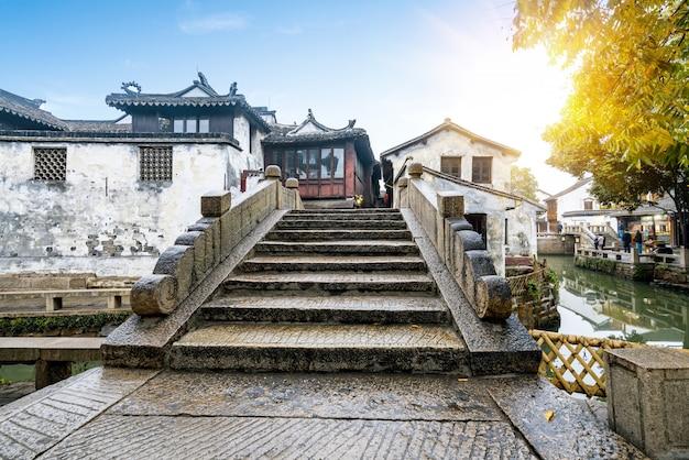 Puente de piedra se encuentra en la ciudad antigua, zhouzhuang ancient town, suzhou, china