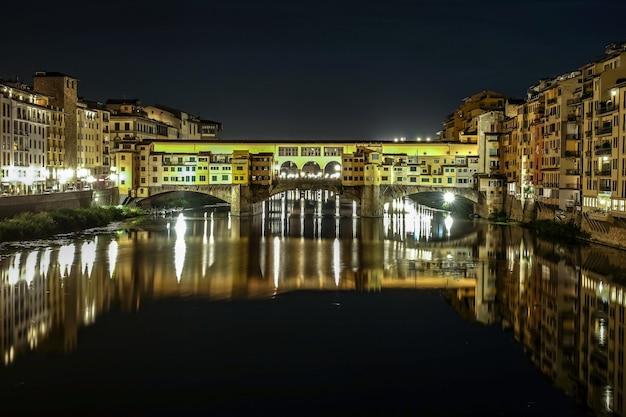 El puente ponte vecchio en florencia, italia.