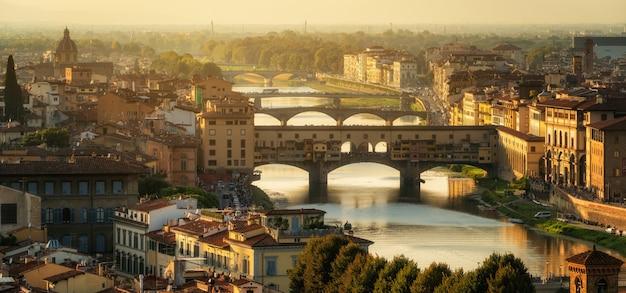 Puente ponte vecchio en florencia, italia.