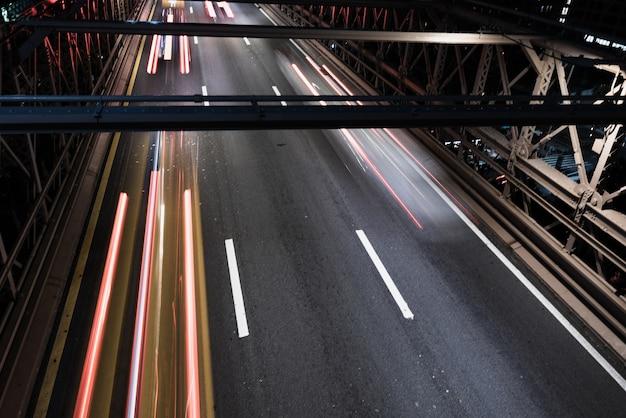 Puente de primer plano con movimiento de desenfoque de tráfico