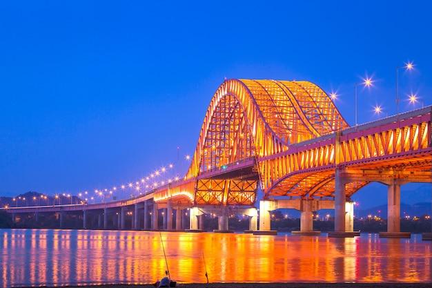 Puente del puente de seul banghwa hermoso río han en la noche, seúl, corea del sur.