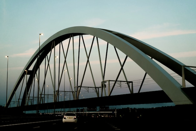 Puente de la puesta del sol sobre la carretera.