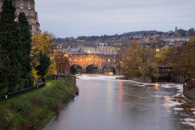 Puente pulteney, río avon en la ciudad de bath spa, inglaterra