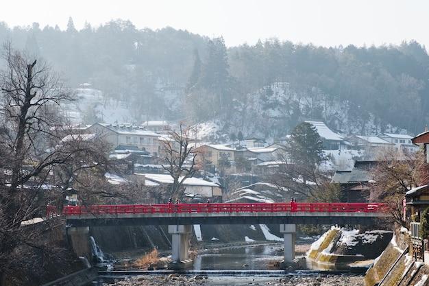 El puente rojo o el puente nakabashi en takayama-shi, takayama japón