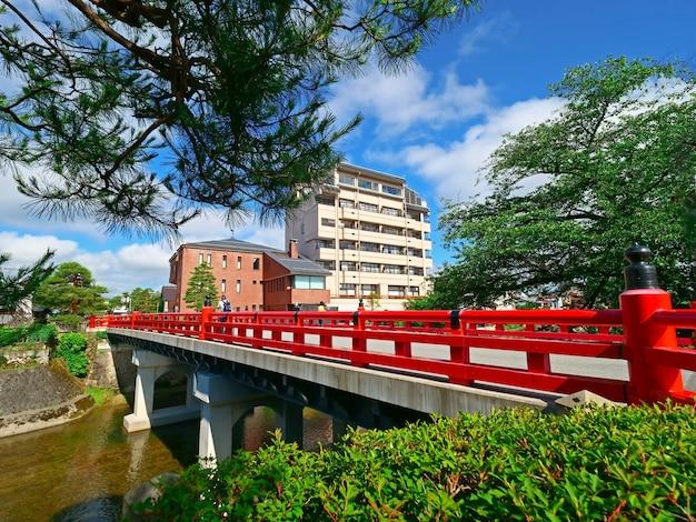 Puente rojo o puente nakabayashi en takayama-shi, takayama japón