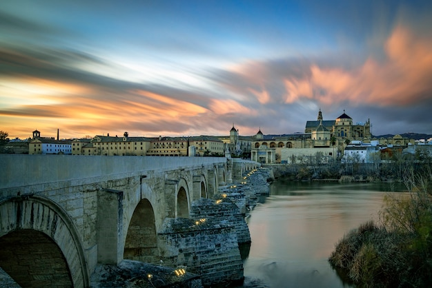Puente romano de córdoba. colocado en el río el guadalquivir a su paso por córdoba. conocido como