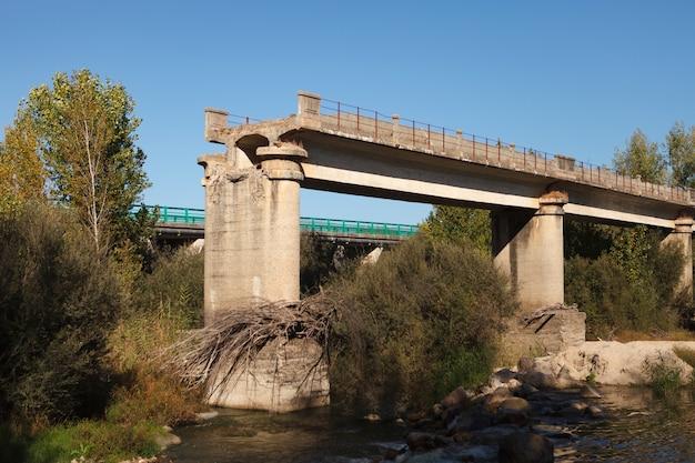 Puente roto sobre un río