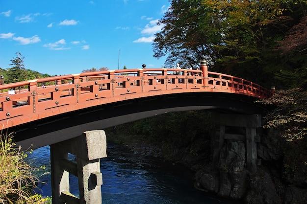 Puente shinkyo en nikko, japón