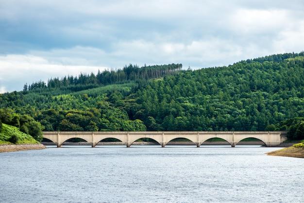 Puente sobre lower derwent reservoir peak district, inglaterra