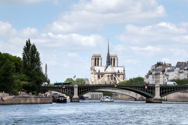 Puente sobre el río sena y la catedral de notre dame de parís