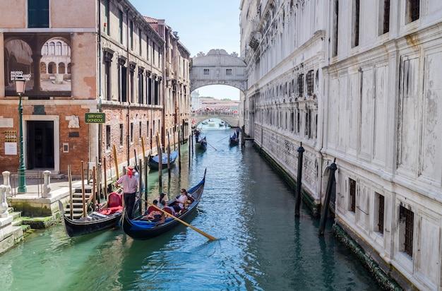 El puente de los suspiros en venecia, italia