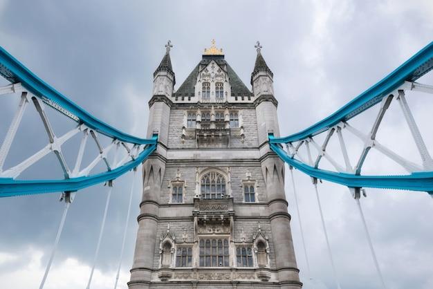Puente de la torre de cerca sobre el cielo nublado dramático.