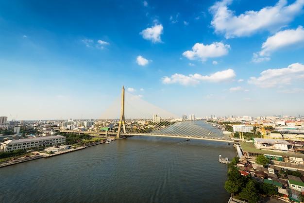 Puente urbano sobre río