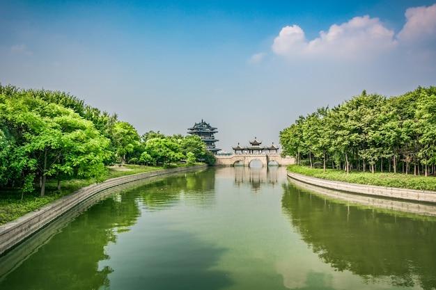 Puente viejo en el parque chino