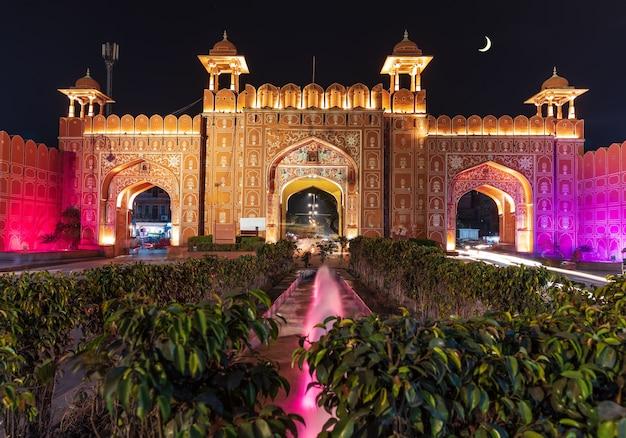 Puerta de ajmeri en jaipur, rajasthan, india, vista nocturna iluminada.
