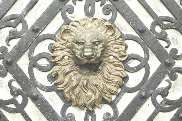 Puerta antigua con una cabeza de león