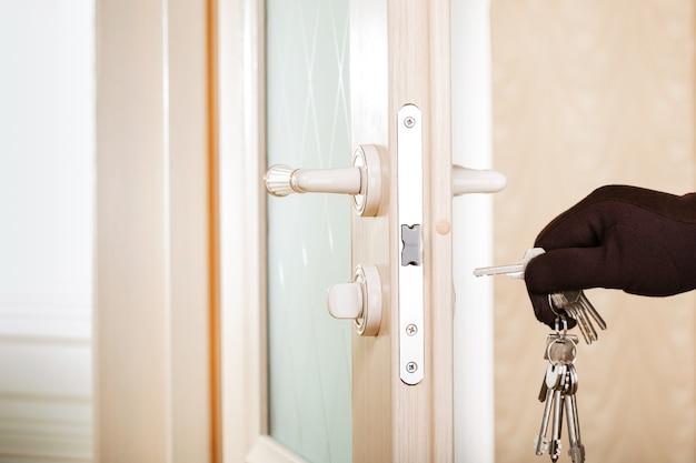 Puerta de apertura de mano de hombre con selector de cerradura.