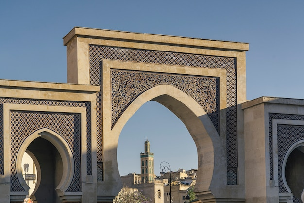 Puerta bab bou jeloud ubicada en fez, marruecos