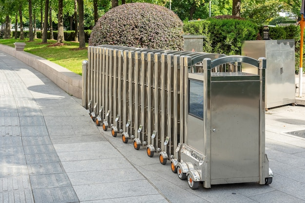 Puerta de barrera automática de acero inoxidable o puerta de valla plegable para protección en el tráfico externo que bloquea la carretera.