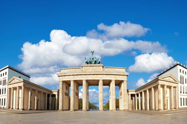 Puerta de brandenburgo en berlín, alemania con cielo azul y nubes