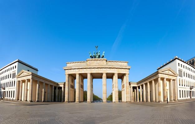 Puerta de brandenburgo en berlín, alemania, en un día brillante con cielo azul