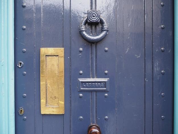 Puerta británica con caja de letras
