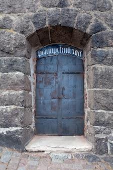 Puerta del castillo de vyborg que data del siglo xiii
