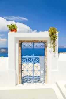 Puerta de celosía en la isla de santorini