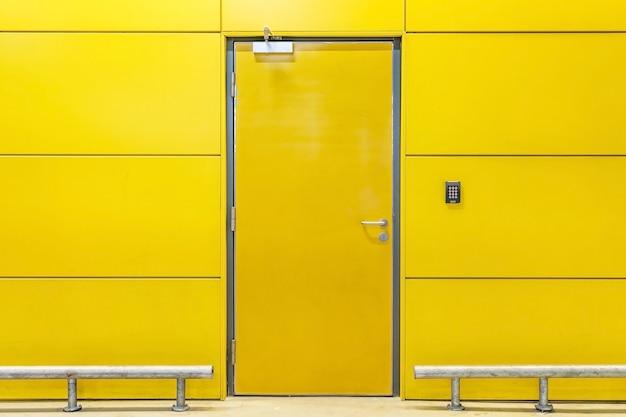 Puerta cerrada, amarillo, edificio, paredes interiores