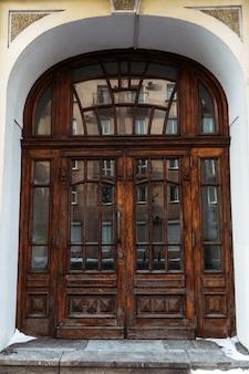 Puerta cerrada de madera vieja. puerta marrón en el edificio histórico