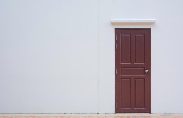 Puerta cerrada con pared blanca con espacio.