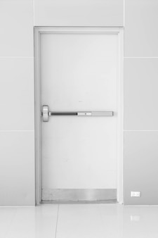 Puerta cerrada vacía